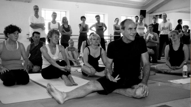 David-Swenson-Ashtanga-Yoga-Teacher-taking-class