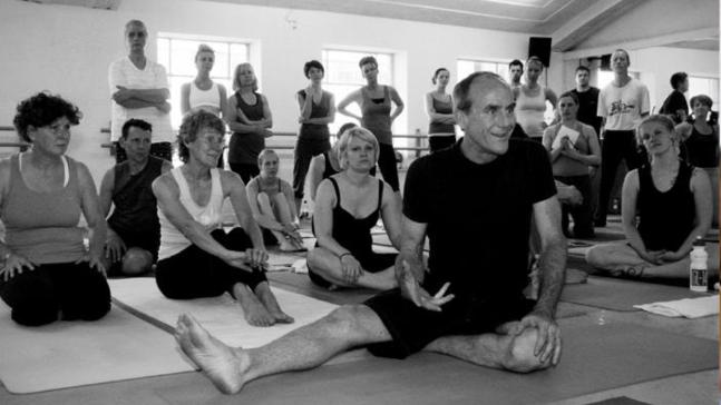 David-Swenson-Ashtanga-Yoga-Teacher-taking-class